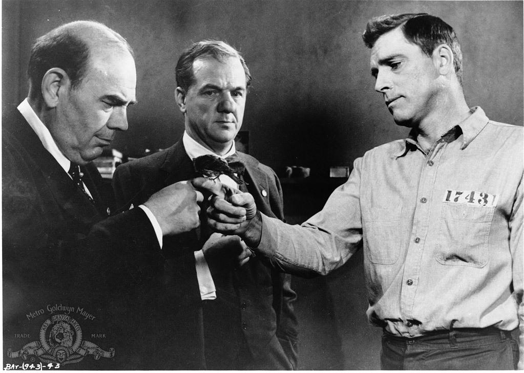 still-of-burt-lancaster-and-karl-malden-in-birdman-of-alcatraz-(1962)-large-picture